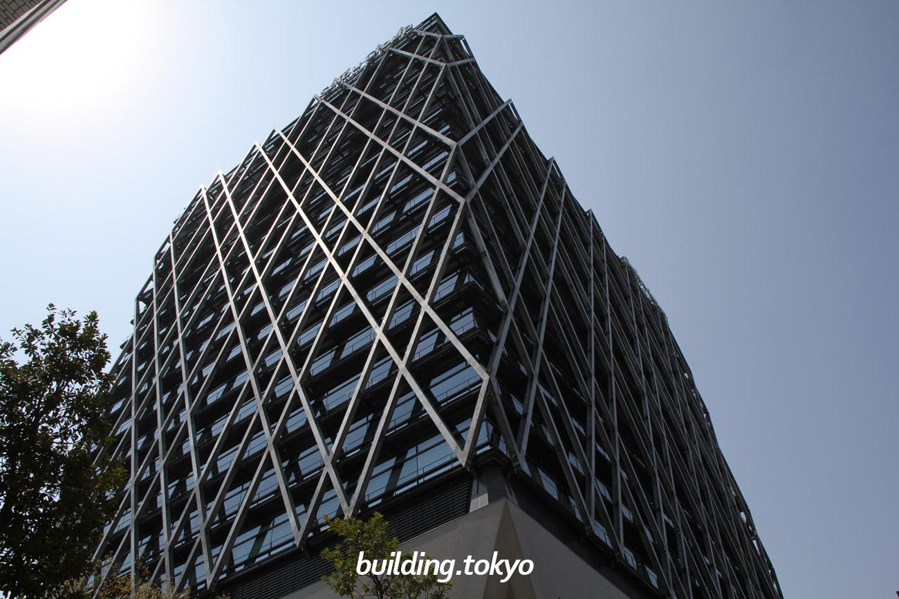 ダイヤゲート池袋は、日本初の線路をまたぐ超高層ビルで、外観は鉄道の運行図表であるダイヤグラムをイメージ。豊島区と連携して防災備蓄倉庫を設置し帰宅困難者への対応をしています。