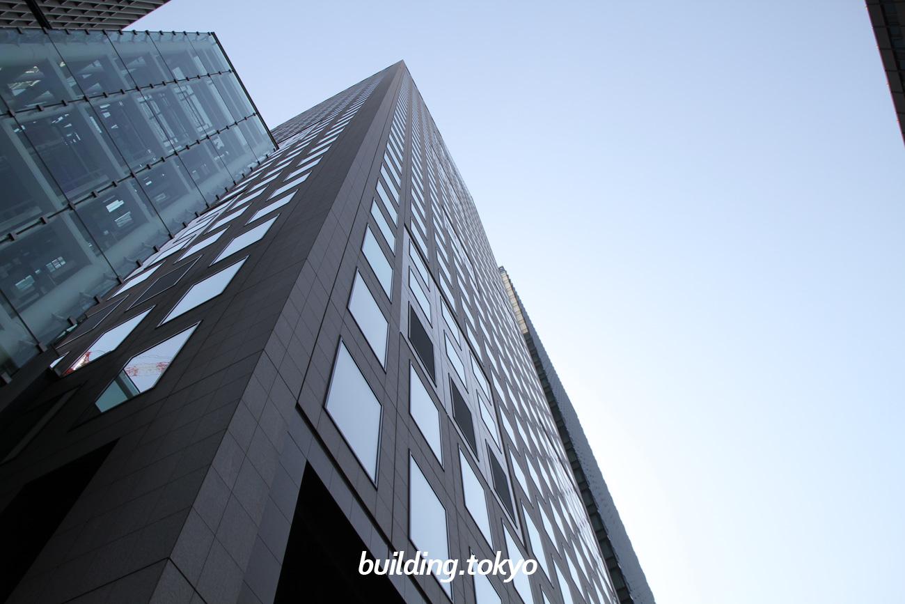 JAビル。左側に見える透明のタワーは、スカイガーデンに行くエレベーターです。