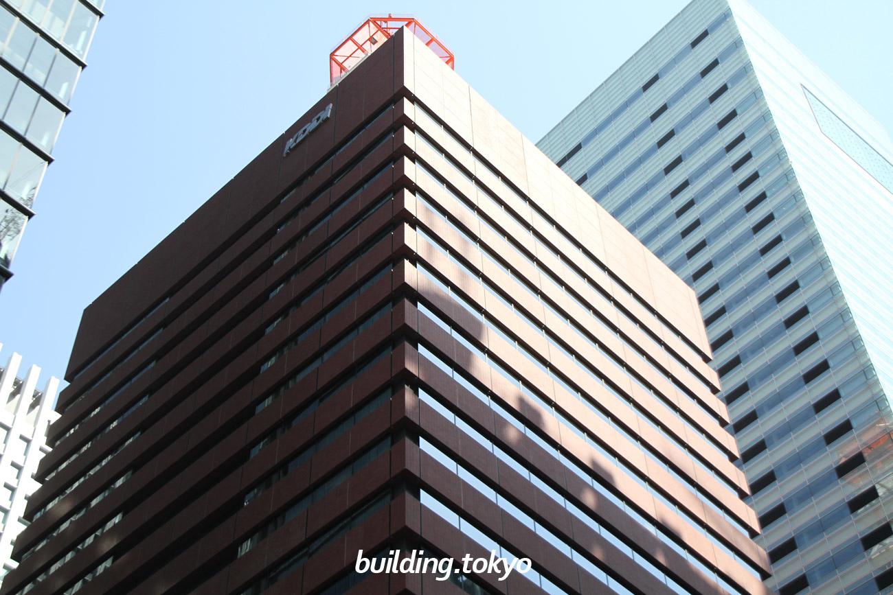 KDDI大手町ビルは、屋上に高さ37mの鉄塔があるのが特徴のビルです。 2階にはKDDI HALLがあり、1階・地下1階には歯科・郵便局・飲食店・コンビニエンスストアがあります。 「大手町駅」C1出口より直結しています。駐車場は、平日営業です。