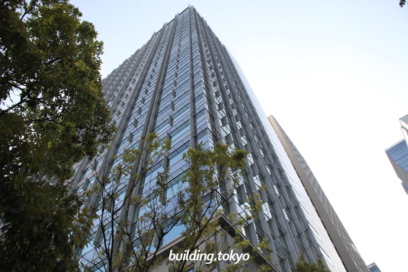 丸の内北口ビルディングは、旧国鉄本社跡地を含む敷地面積約23,000m²の一体開発である丸の内オアゾの東北部に建設されたオフィスビルです。東京駅の正面に立地しながら、大手町駅にも直結しています。15階16階は貸し会議室のフクラシア丸の内オアゾです。