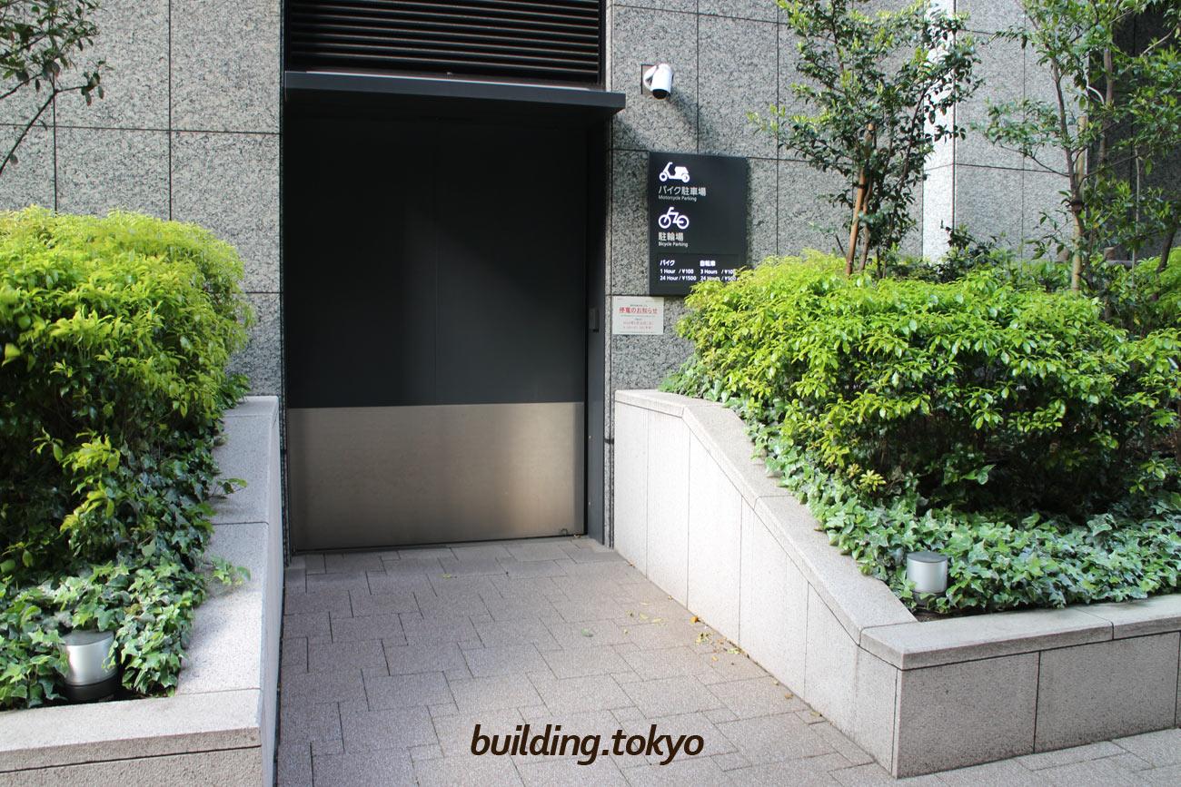 京橋トラストタワー、バイク駐車場入り口。