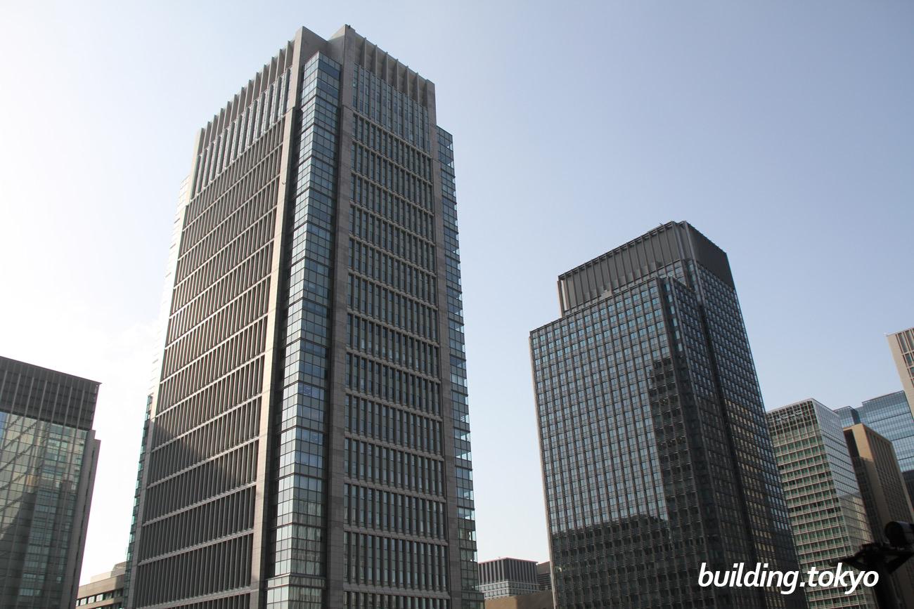 丸の内ビルディング。右側の黒っぽいビルは、新丸の内ビルです。