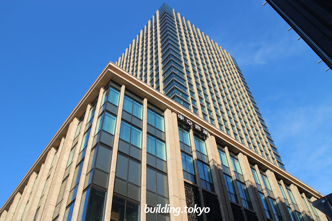 丸の内二重橋ビルは、2018年10月15日に竣工した富士ビル・東京商工会議所ビル・東京會舘ビルの3棟一体建て替えを実現した新たなビルです。地下1階から2階が商業ゾーンの「二重橋スクエア」(2018年11月8日開業)です。