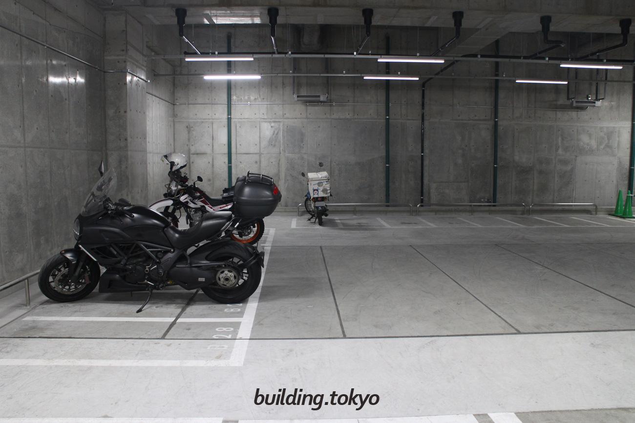 丸の内二重橋ビル、バイク駐車場。