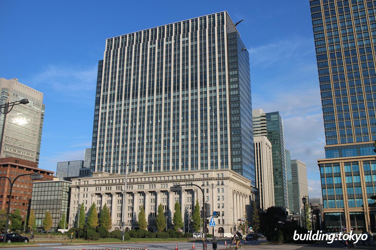 明治安田生命ビルは、昭和の建造物としては初めて国の重要文化財に指定された「明治生命館」に隣接しています。