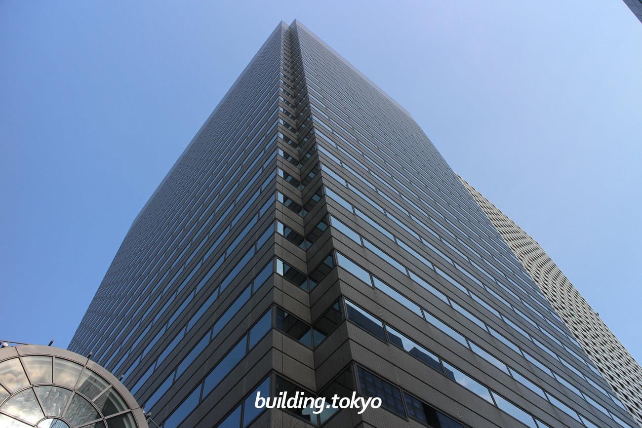 新宿モノリスビルは、京王プラザホテルとKDDIビルの間にあるビルで、新宿駅南口や西口の地下道から歩いて来れます。 モノリス(monolith)とは、大きな岩、一枚岩などの意味があります。