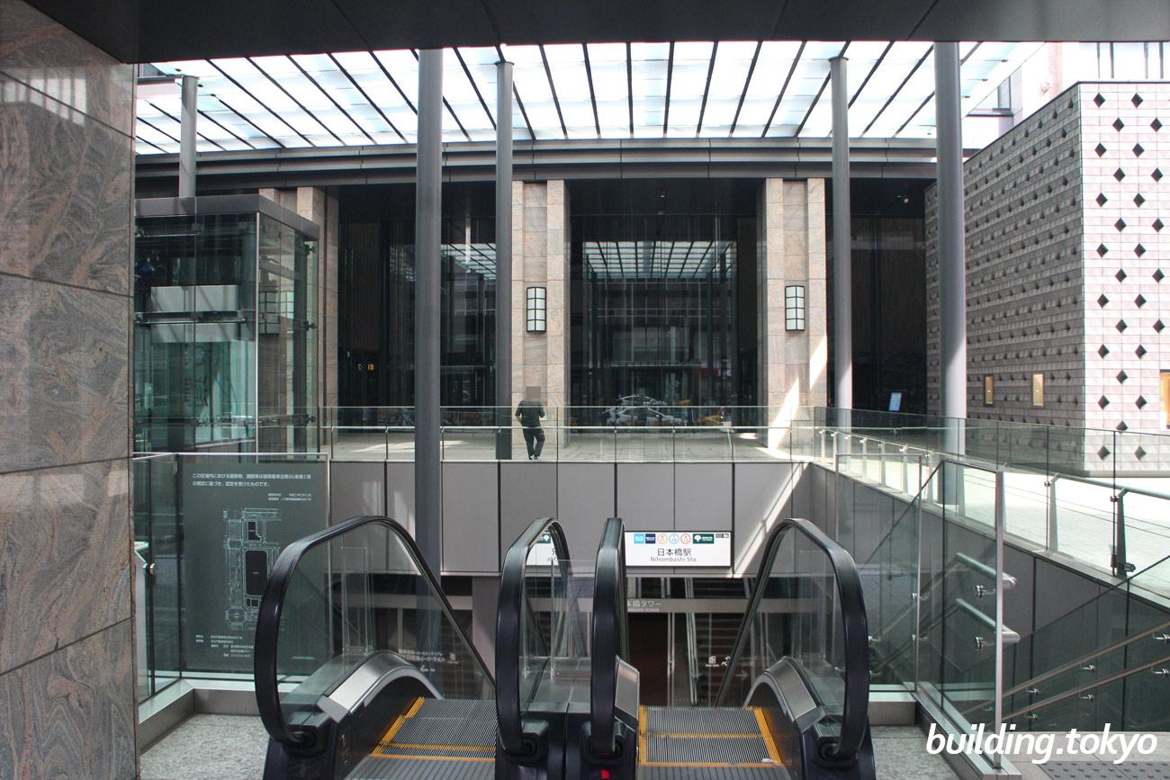 東京日本橋タワー。エスカレーターを下りると日本橋駅につながります。