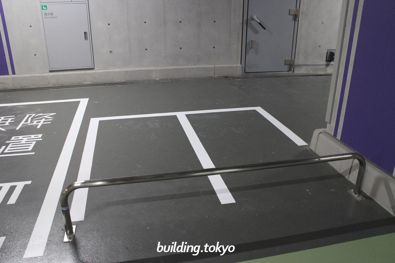日本橋室町三井タワー、バイク駐車場。