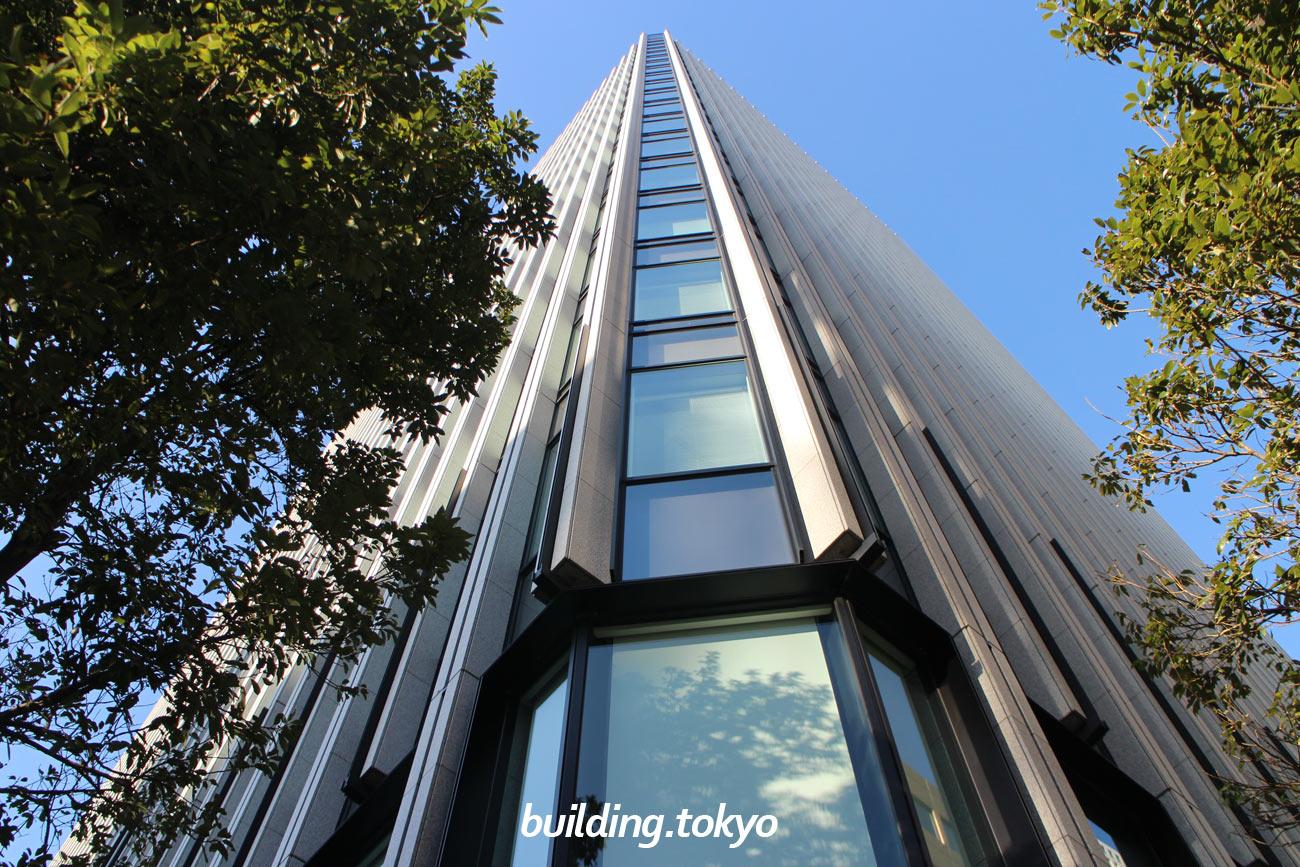 ニッセイ池袋ビルは、グリーン大通りに面したランドマークビルで、勤労者退職金共済機構・日本政策金融公庫・東京信用保証協会などが入居しています、ビル裏側の広場には「明治天皇御野立所跡」「人生横丁の碑」があります。