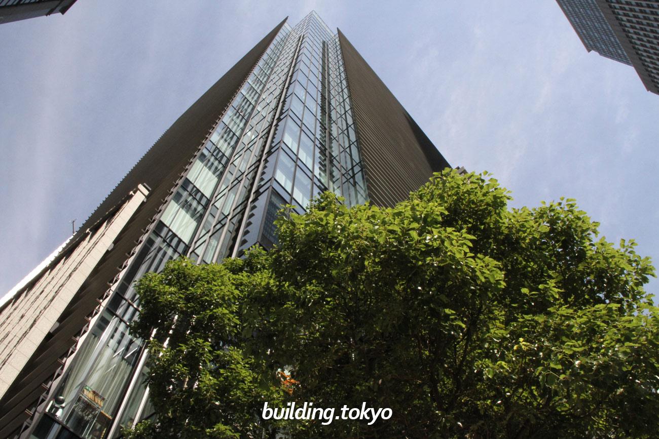 日本橋室町野村ビルは、日本橋室町東地区に位置しており、東京メトロ 銀座線・半蔵門線「三越前駅」に直結し地下通路で移動できます。5階・6階には、ホテルオークラが担当する「野村コンファレンスプラザ日本橋」があります。