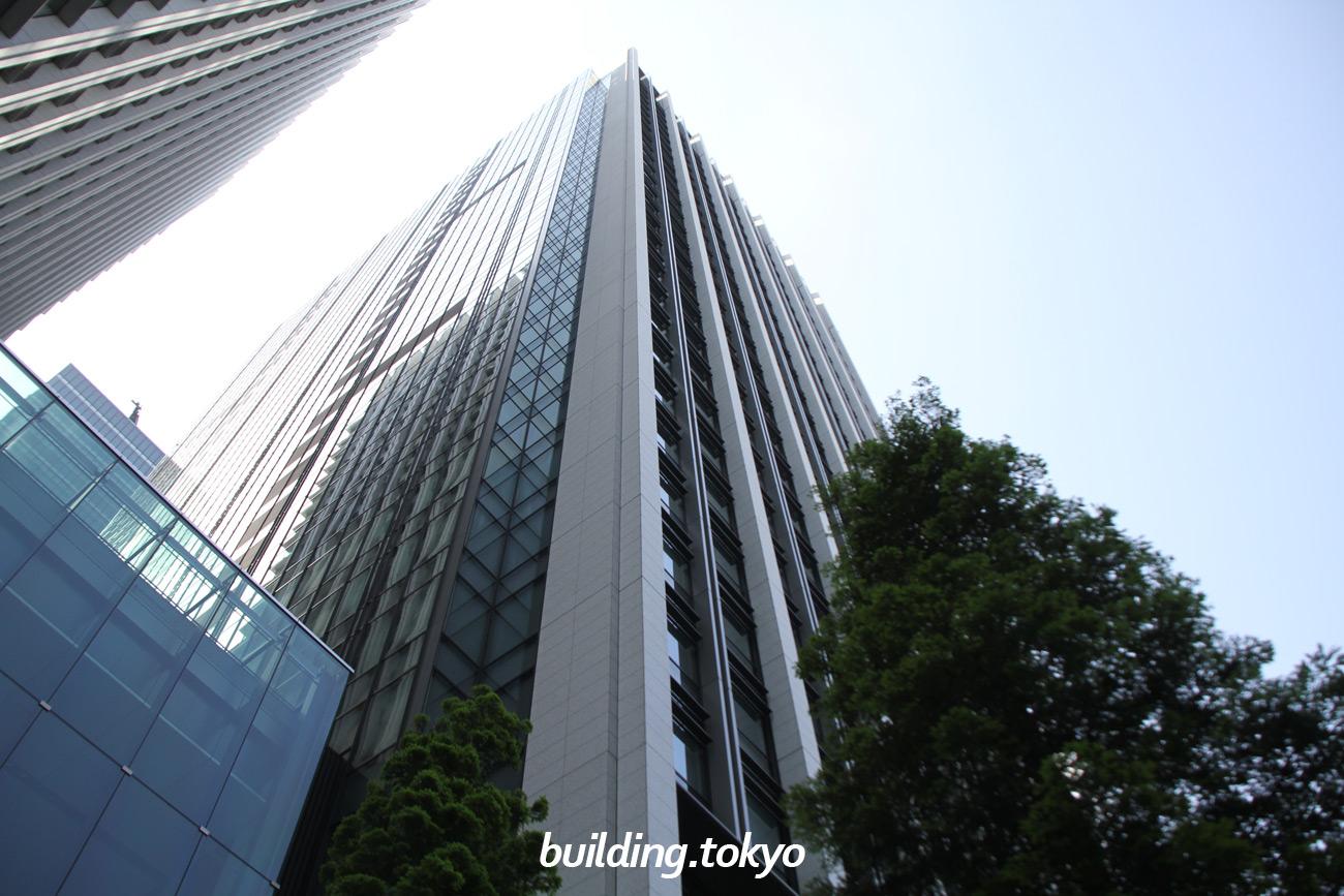 """大手町フィナンシャルシティノースタワーは、サウスタワーとツインタワーを形成しています。ノースタワーと日本橋川の間に「大手町フィナンシャルシティ エコミュージアム」があります。(先進の環境技術を紹介する""""エコ""""の情報発信スペースです)"""