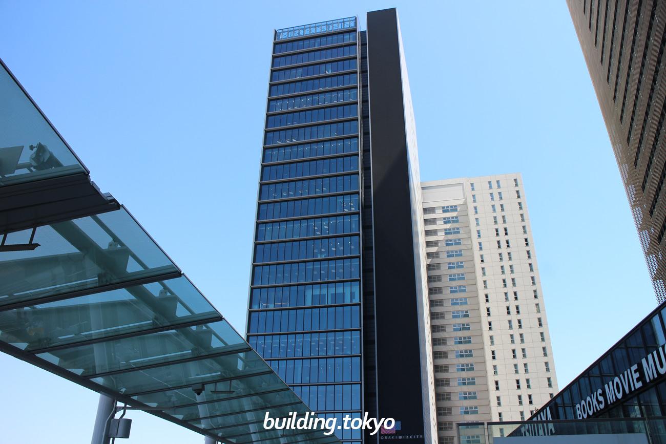 大崎ウィズタワー、右隣に隣接している白い建物はマンションの「ル・サンク大崎ウィズタワー」です。