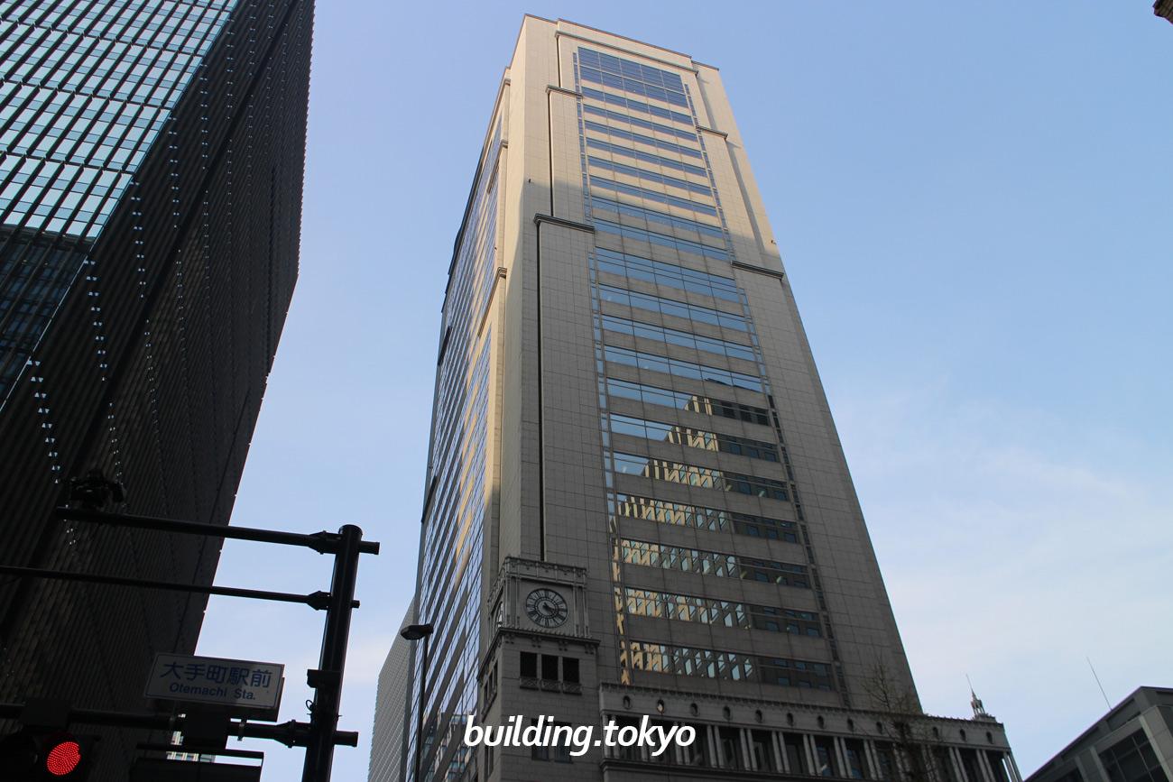 大手町野村ビルは、丸の内野村ビル(旧日清生命館)と東京大和ビルの跡地に1994年に建てられました。時計塔を含む外観の一部は、当時のビル(丸の内野村ビル)と同じデザインで復元しています。「コナミスポーツクラブのグランサイズ大手町」があります。