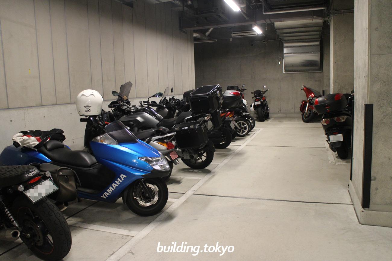大手町パークビルディング、バイク駐車場。