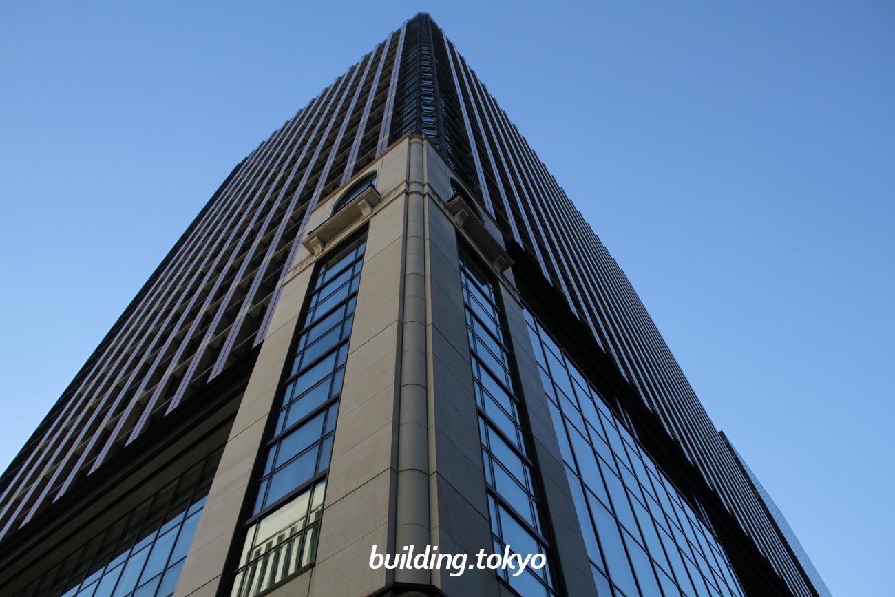 丸の内パークビルディングは、三菱商事ビルヂング・古河ビルヂング・丸ノ内八重洲ビルヂングの跡地に建設されたビルで、敷地内に三菱一号館美術館と中庭があります。地下1階から4階、アネックスなどの商業ゾーンは丸の内ブリックスクエアと呼ばれます。