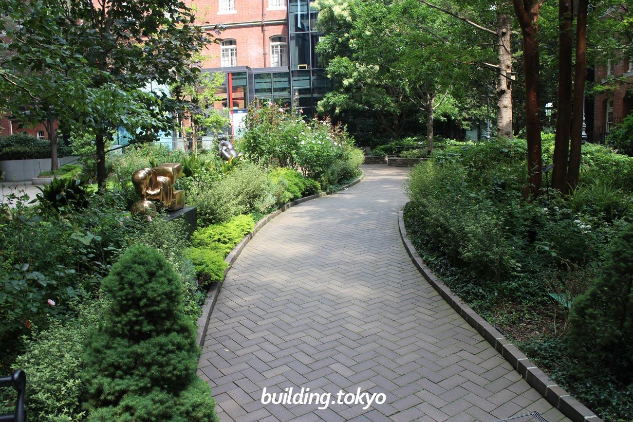 丸の内パークビルディング、中庭の小道。