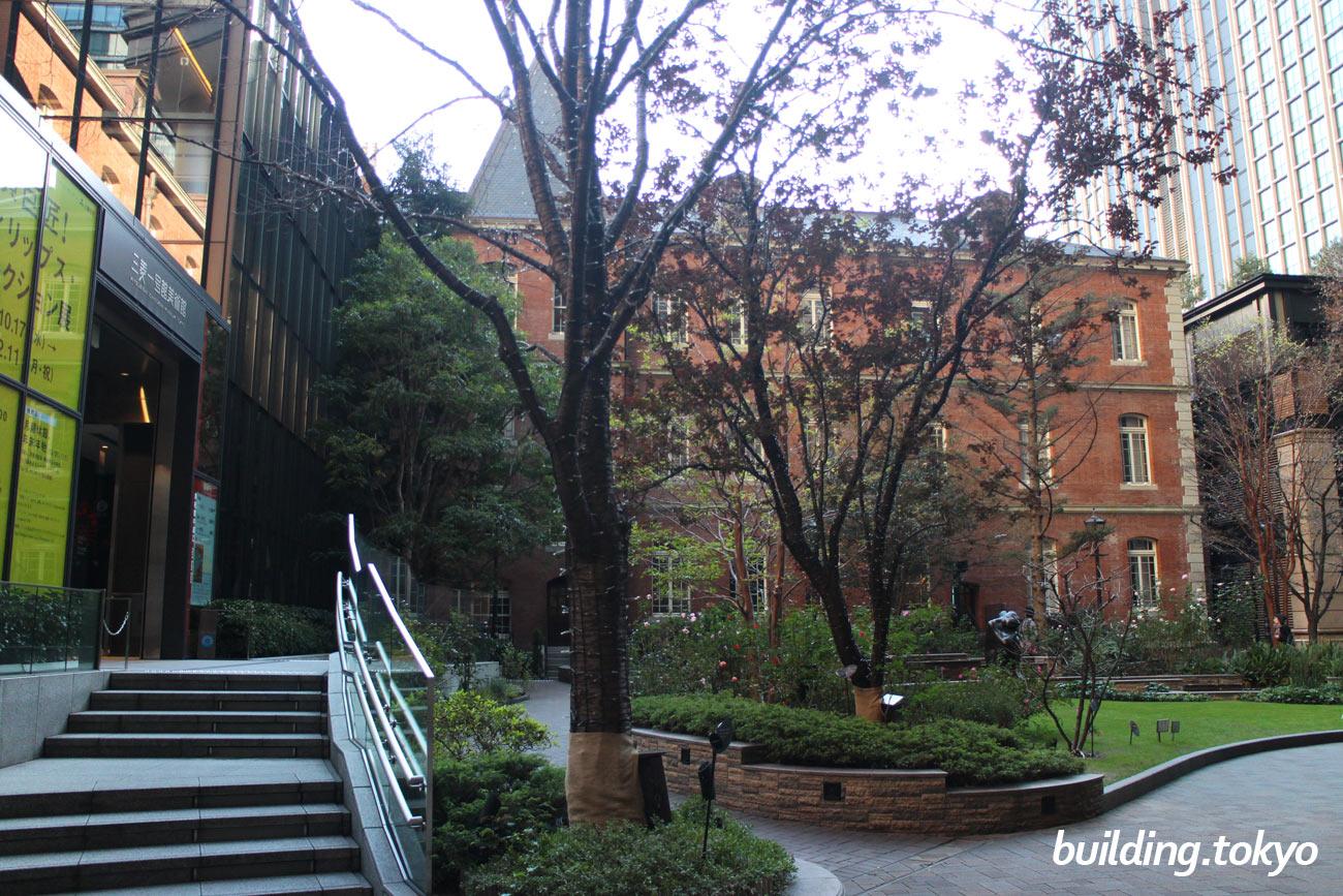 丸の内パークビルディング、三菱一号館美術館入口へのスロープ。
