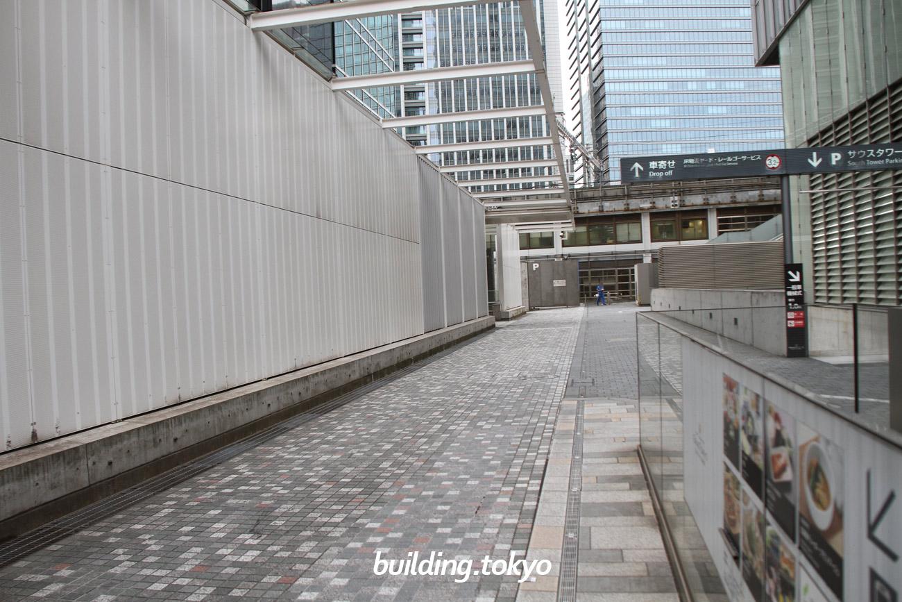パシフィックセンチュリープレイス丸の内の駐車場入り口は、外堀通り側にあります。