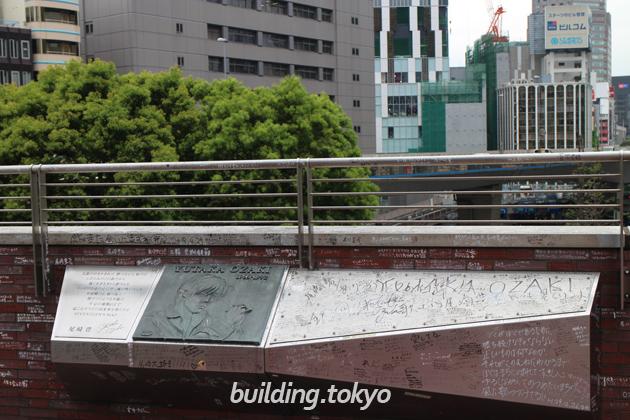 渋谷クロスタワー尾崎豊記念碑。