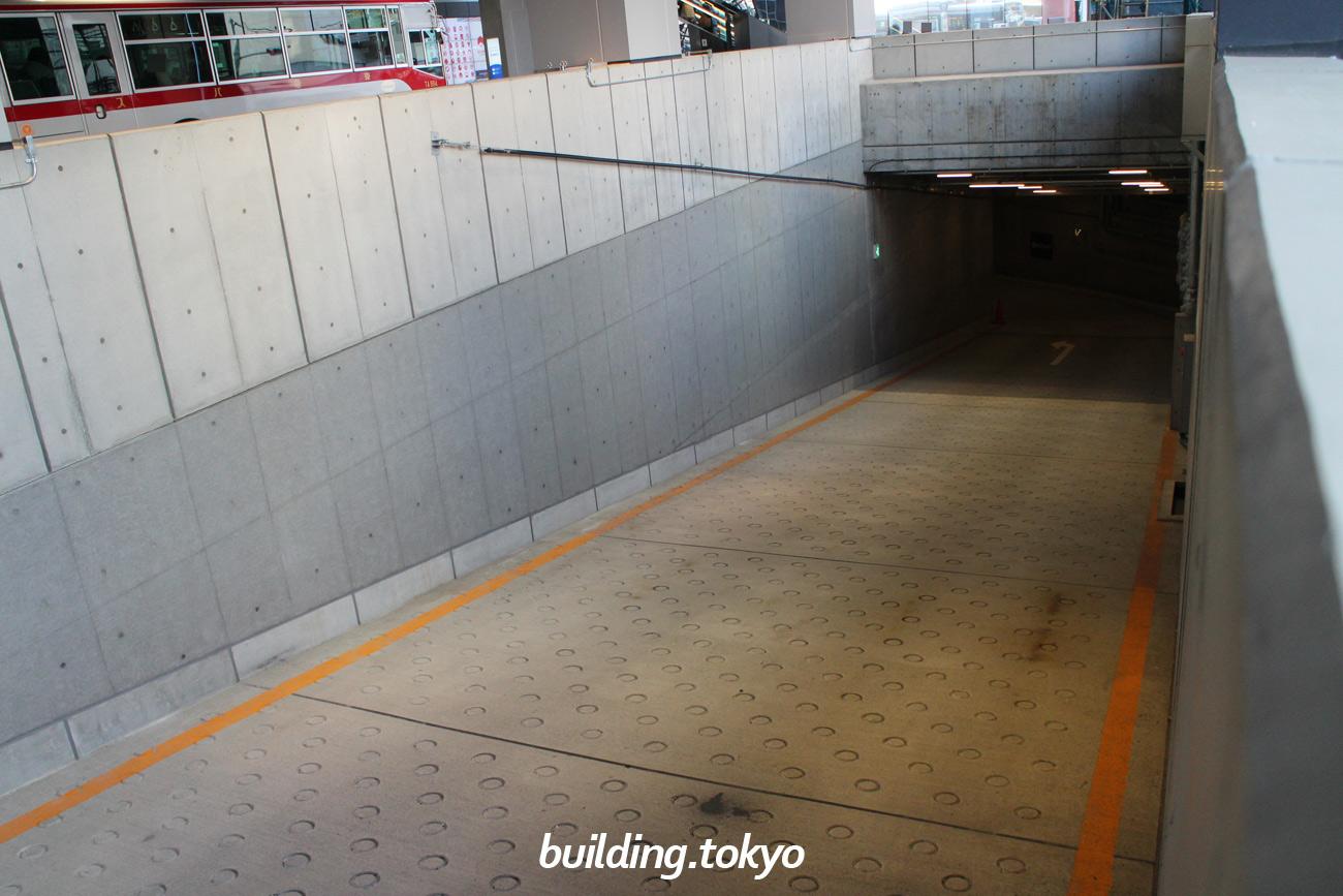 渋谷フクラス(東急プラザ渋谷)駐車場入り口、下り通路