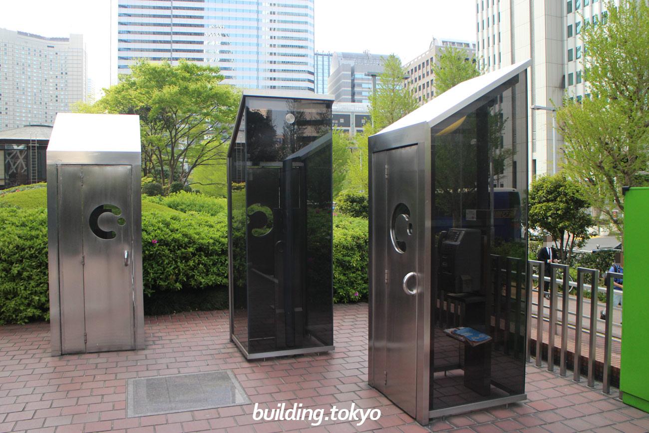 新宿センタービル裏には、ちょっと変わった形の電話ボックスがあります。