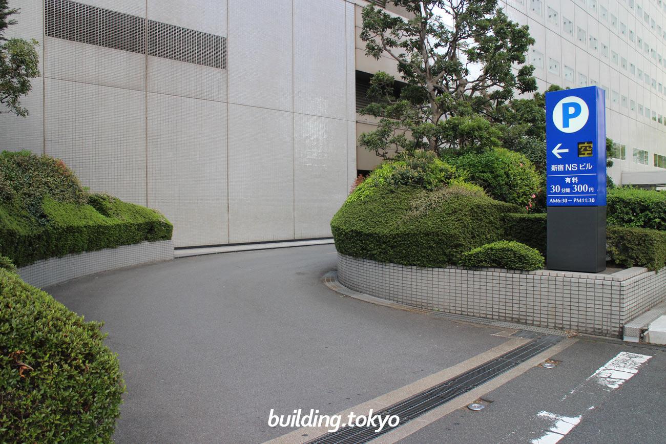 新宿NSビル、有料駐車場入り口の様子です。