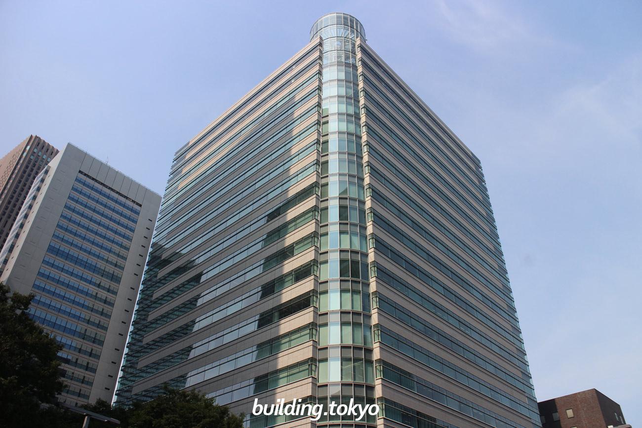 新宿ファーストウエスト(SHINJUKU FIRST WEST)は、4階から17階がオフィス、3階に淀橋第二小学校記念展示コーナー、貸会議室A-Cがあり、1階にエクセルシオールカフェ、地下1・2階に駐車場があります。