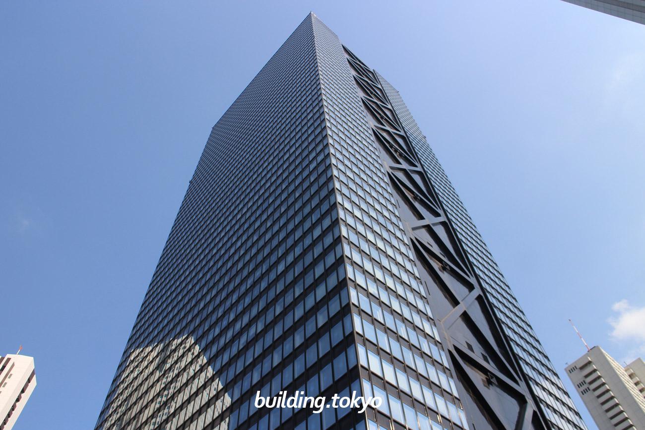 新宿三井ビルディングは、1974年9月に竣工し、その当時は1番高いビルでした。54階は会員制社員クラブの新宿三井クラブ、6階から53階はオフィス、4階5階は医療機関、地下1階から3階は店舗になっています。