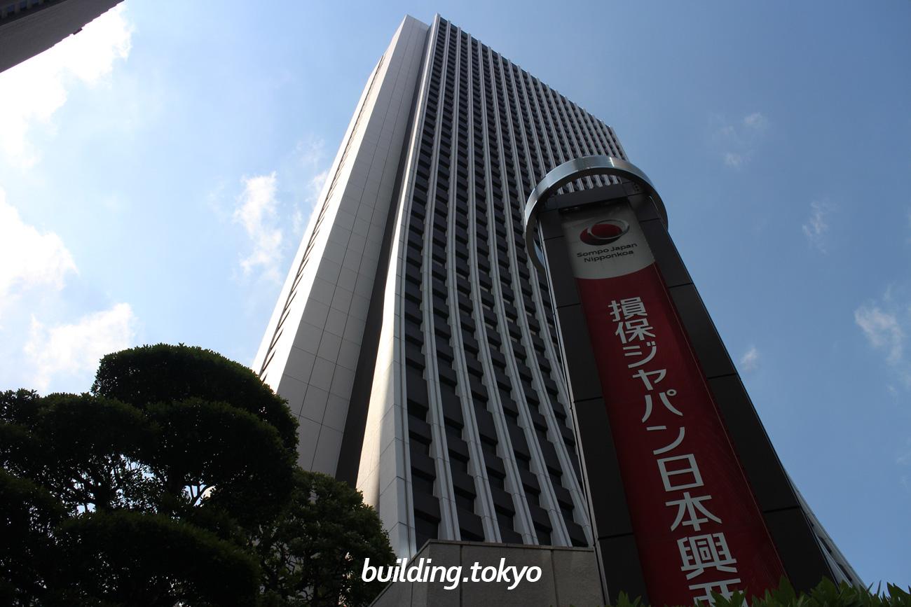 損保ジャパン日本興亜本社ビルは、損害保険ジャパン日本興亜の本社ビルで、下の階に向かうほど裾が広がっているように見え「パンタロンビル」とも呼ばれています。42階には東郷青児記念 損保ジャパン日本興亜美術館があります。