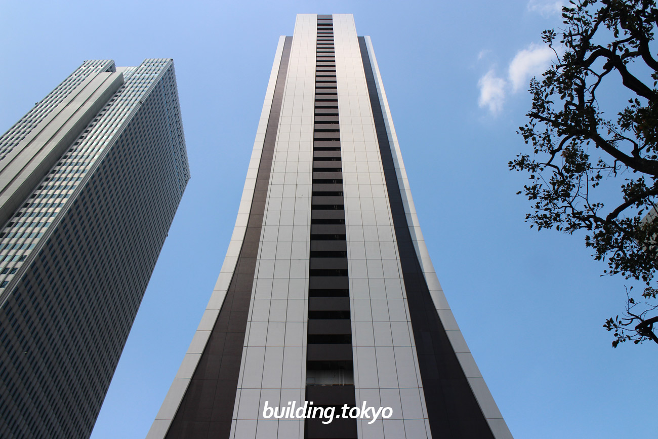 損保ジャパン日本興亜本社ビル。下の階に向かうほど裾が広がっているように見えます。これがパンタロンビルと呼ばれる所以です。