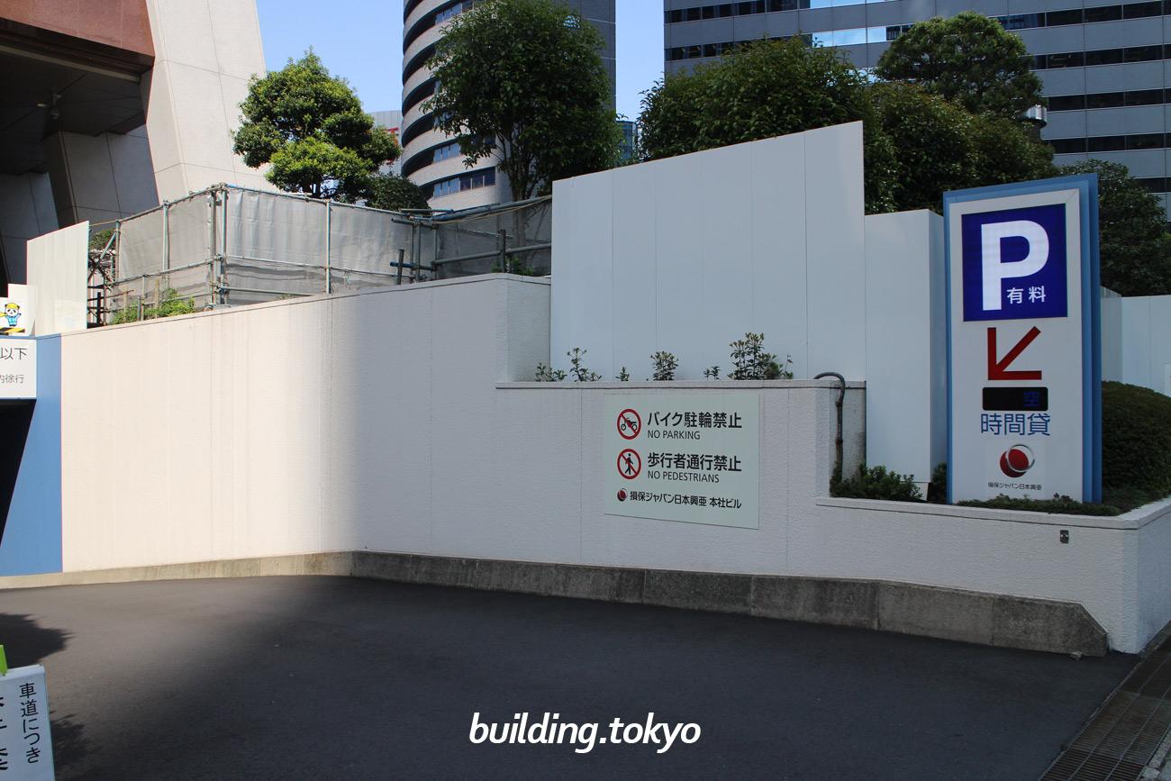 損保ジャパン日本興亜本社ビル、駐車場案内。