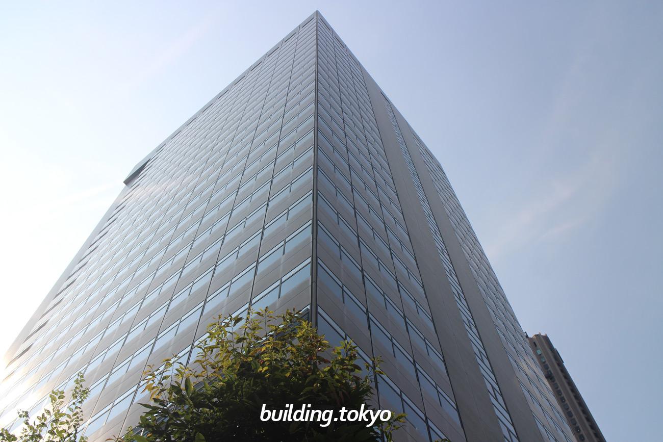 エステック情報ビルは、地上28階、地下6階、塔屋1階のビルで、新宿駅西口から地下道で結ばれており徒歩5分の場所にあり、オフィスやクリニック・店舗等が入居し、21階に貸会議室があります。