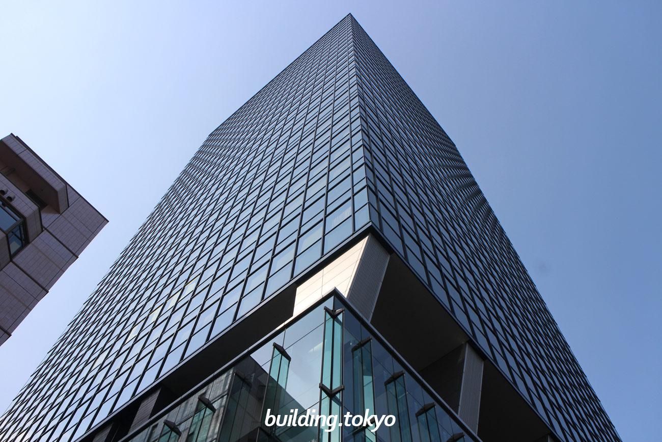 住友不動産西新宿ビルは、青いガラス窓が特徴のオフィスと住居が一緒になったビルで、2階から14階は高級賃貸マンションの「プラティーヌ西新宿」です。