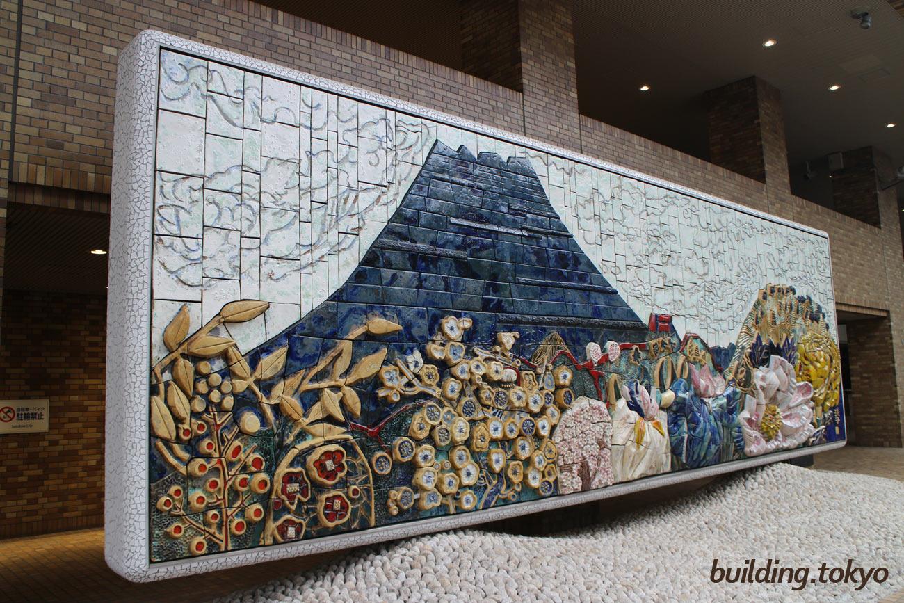 サンシャイン60、片岡球子画伯作による陶板壁画「江戸の四季」です