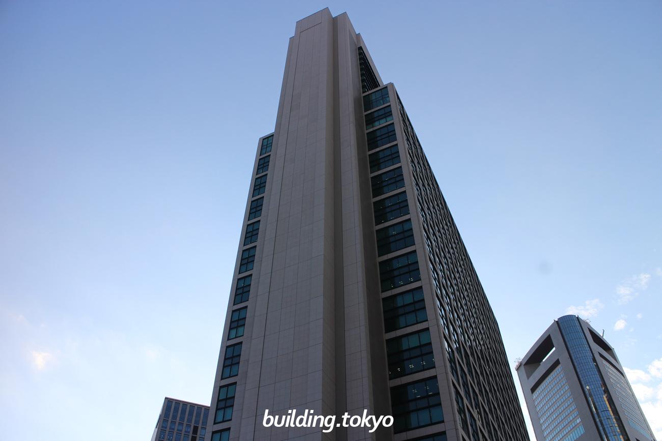 東京汐留ビルディングは「汐留駅」に直結していて、東京湾・浜離宮庭園が一望できます。28階から37階には、高級ホテルの「コンラッド東京」が入居し、地下1,2階、2階は商業施設の「ペディ汐留」、地下に駐車場を完備しています。