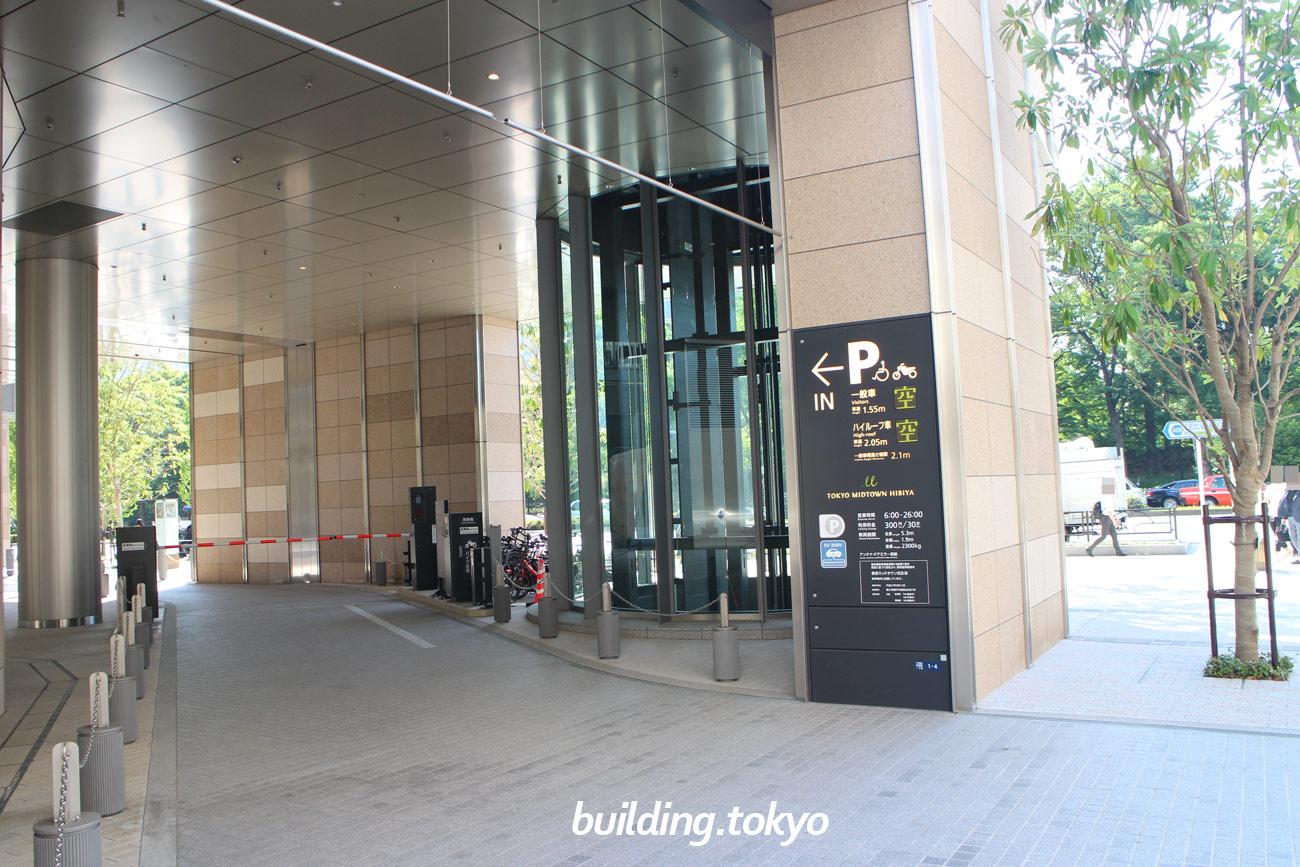 東京ミッドタウン日比谷。側道側からの駐車場入り口の様子です。