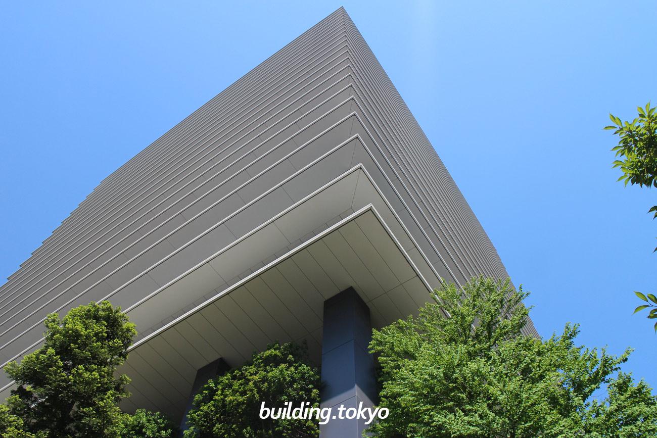 東京スクエアガーデンは、高さ約30m、広さ約3,000m²もの、緑あふれる「京橋の丘」があります。耐震に関しては、超高層建築物の構造計算基準で定められた地震動の1.25倍の地震動を設定し、それに耐えられる極めて高い耐震性能を確保しています。