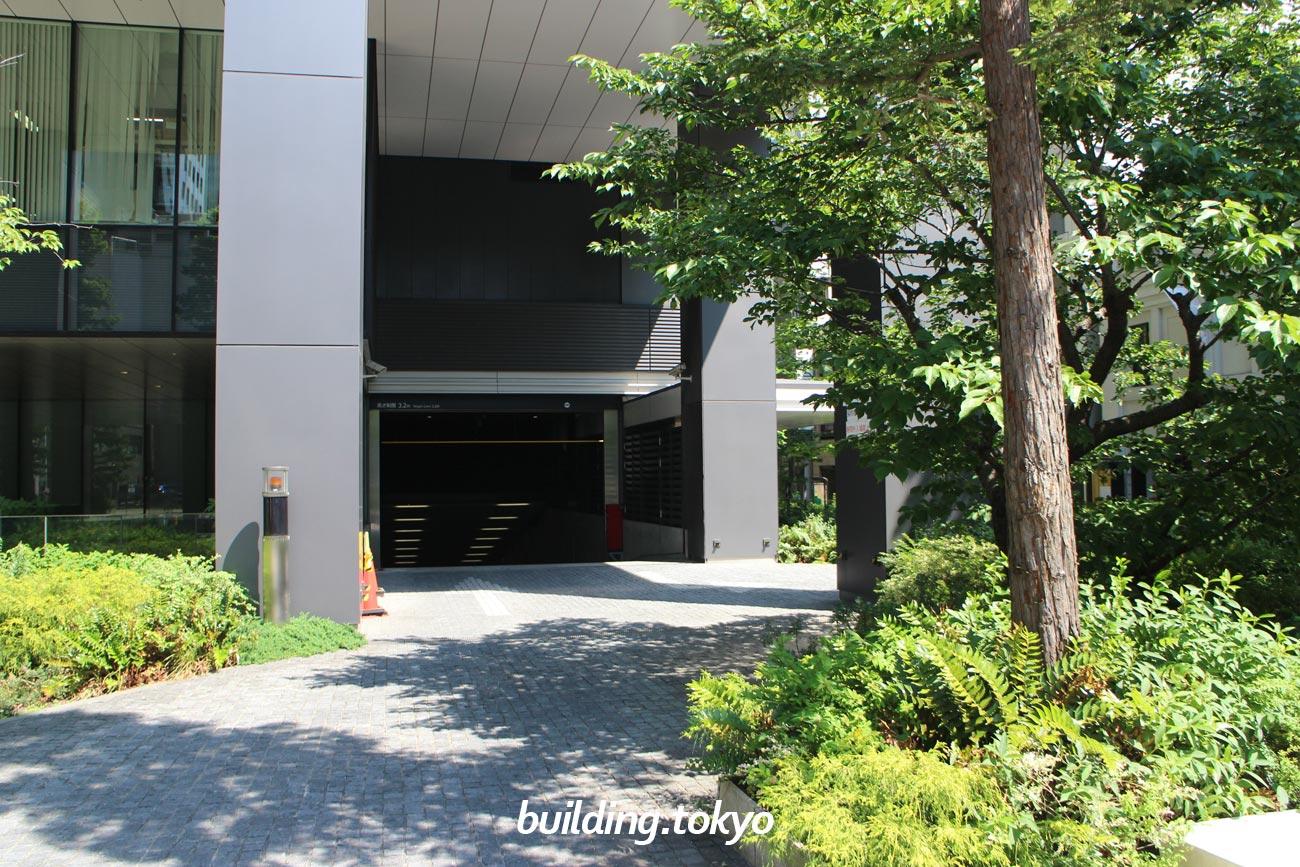 東京スクエアガーデン、駐車場・バイク駐車場入り口。