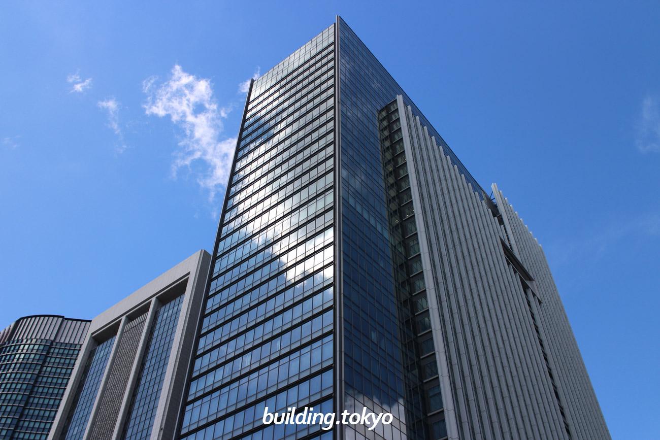 東京ビルディングは、「東京・丸の内に新たに生まれた大人のトキメキのあるユートピア」というコンセプトで作られ、地上3階から地下1階は商業施設の「東京ビルTOKIA」です。東京都道406号皇居前鍛冶橋線を挟んで対面は、東京国際フォーラムです。