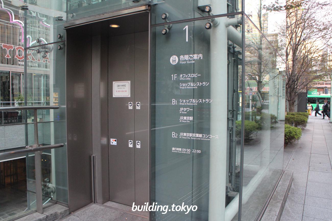 東京ビルディング、外付けのエレベーター。