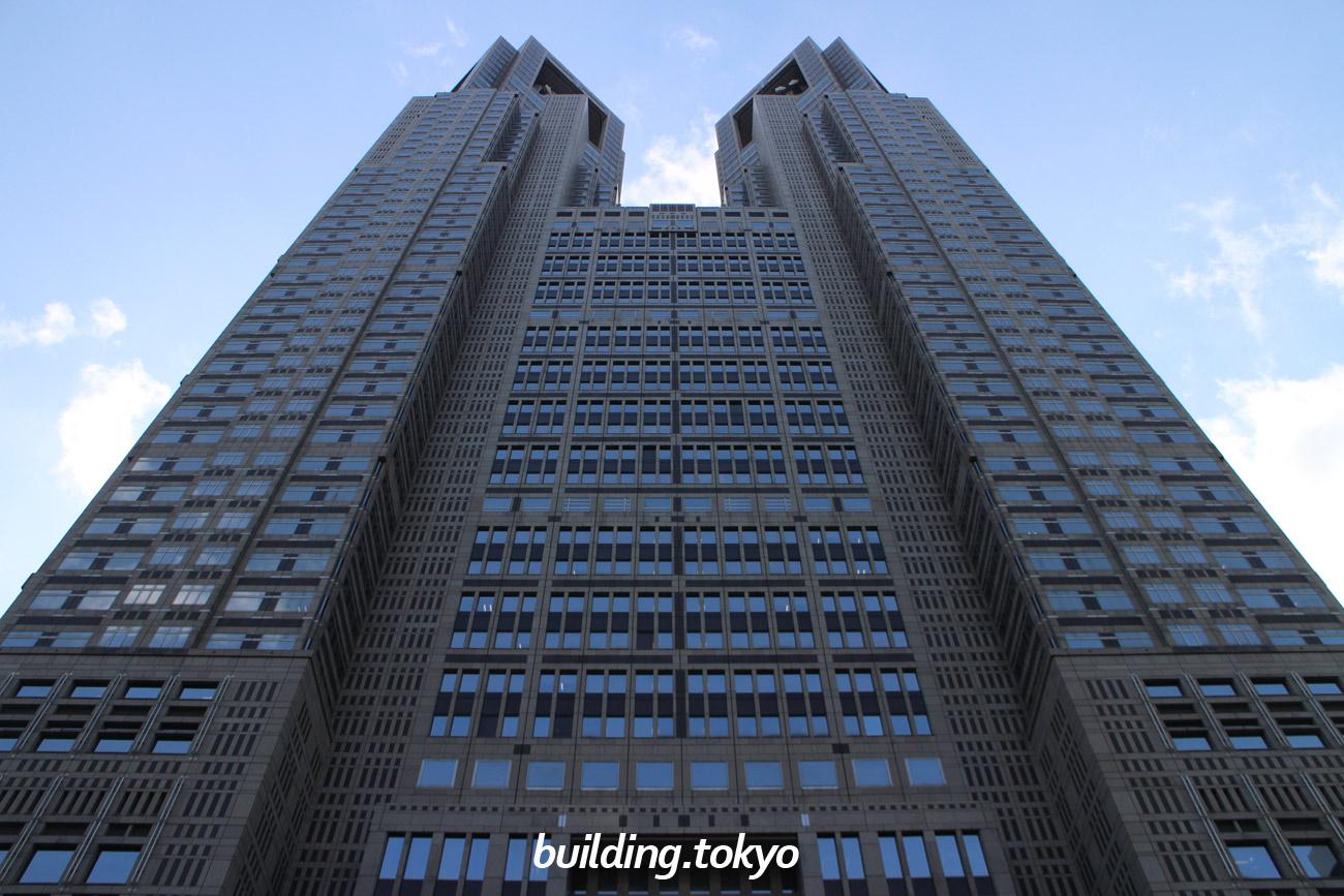 東京都庁舎は、1990年12月の竣工時、日本一の高いビル(高さ243m)でした。設計は、丹下健三氏によるものです。旧都庁舎は、千代田区丸の内三丁目にありました。現在45Fの展望室(地上202m)からは、東京のまちが一望できます。