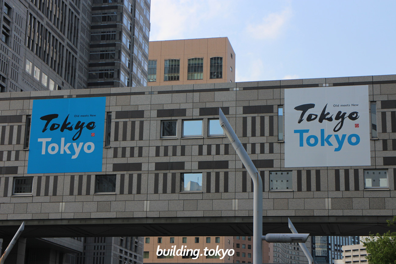 東京都庁舎。都議会議事堂とを結ぶ連絡通路。