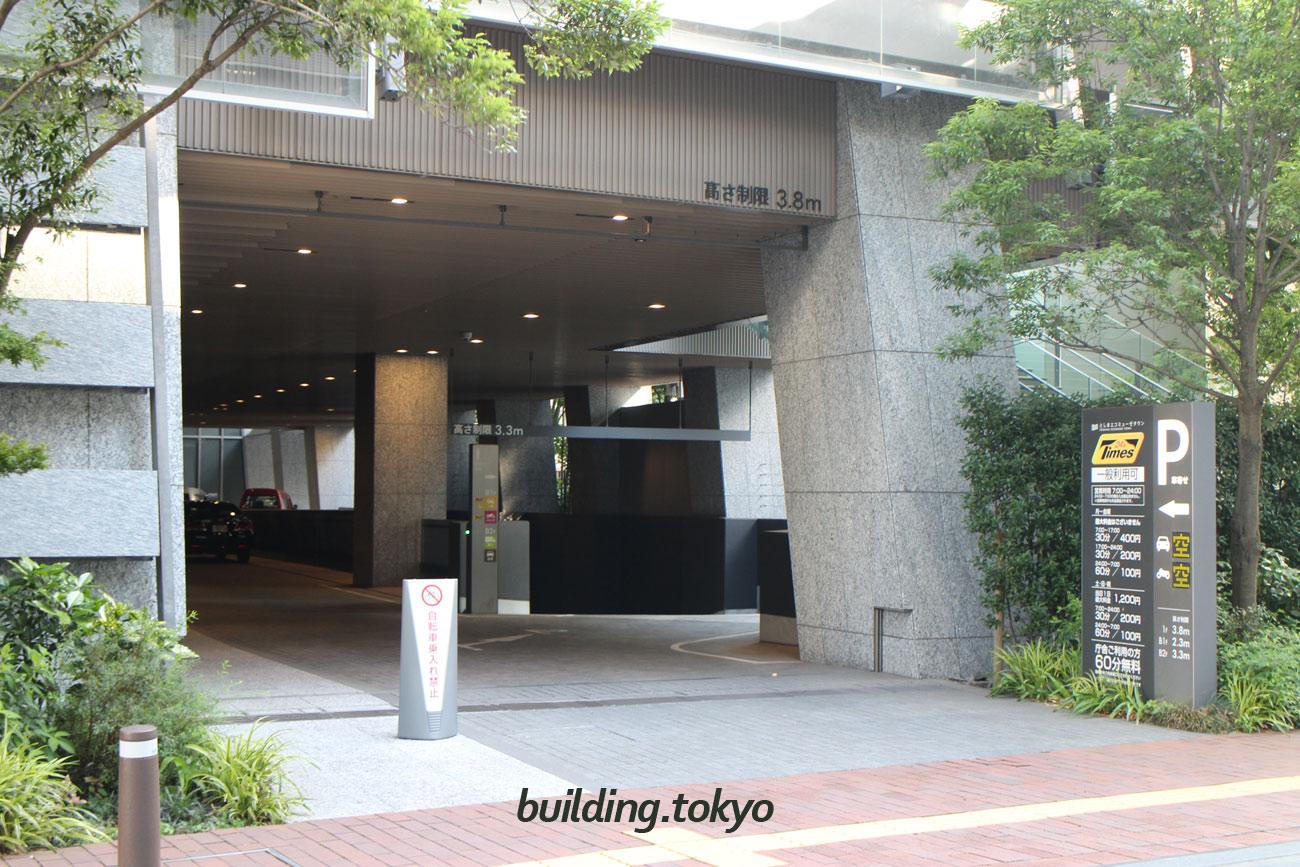 としまエコミューゼタウン。車・バイクの駐車場は右手を地下1階まで下って行きます。