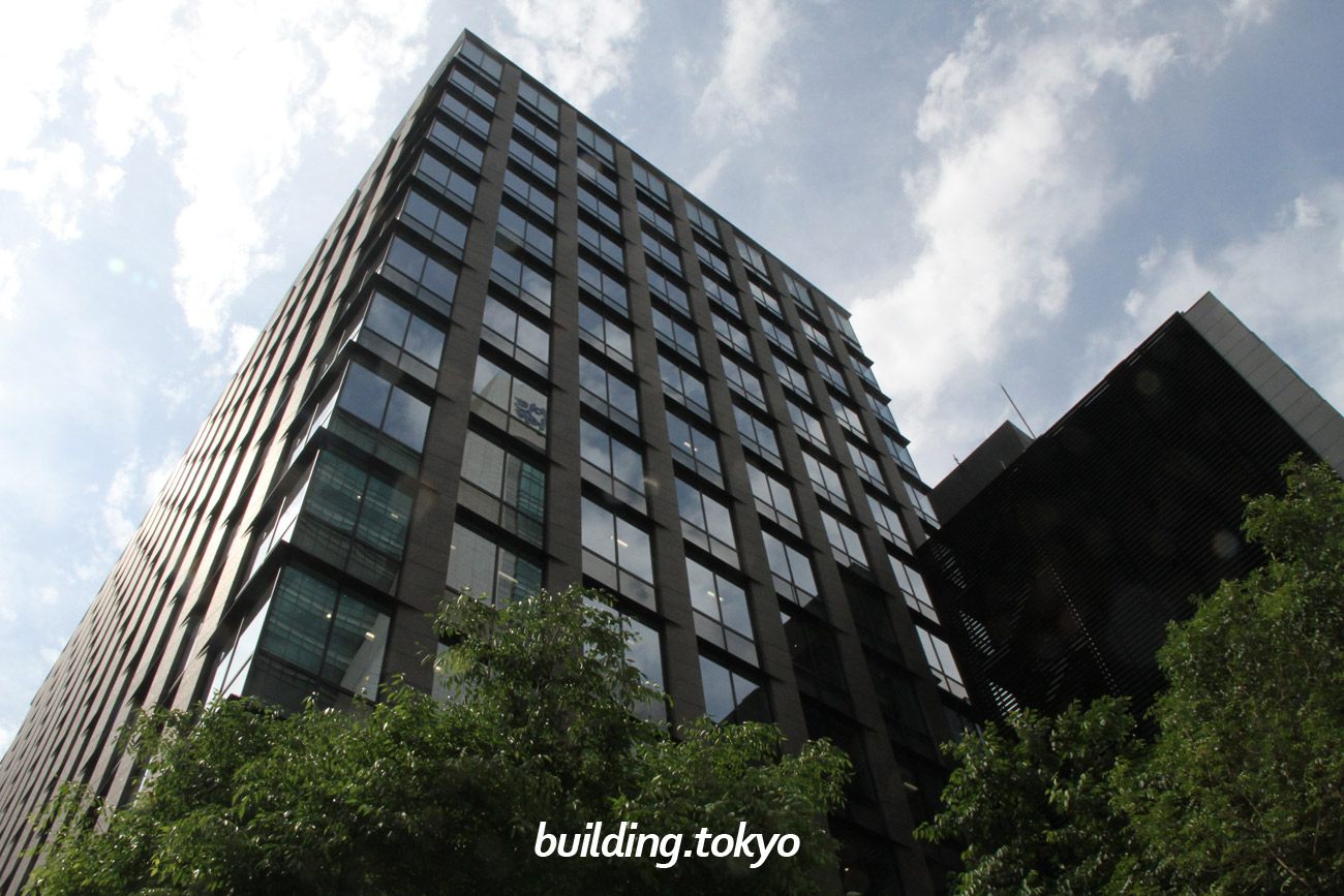 東京建物日本橋ビルは、JR線「東京」駅から徒歩5分、東京メトロ東西線・銀座線及び都営浅草線「日本橋」駅直結しており、中央通りと永代通りに面した日本橋交差点の角地に位置しています。地下1階には「ICCHO(いっちょ)日本橋」があります。