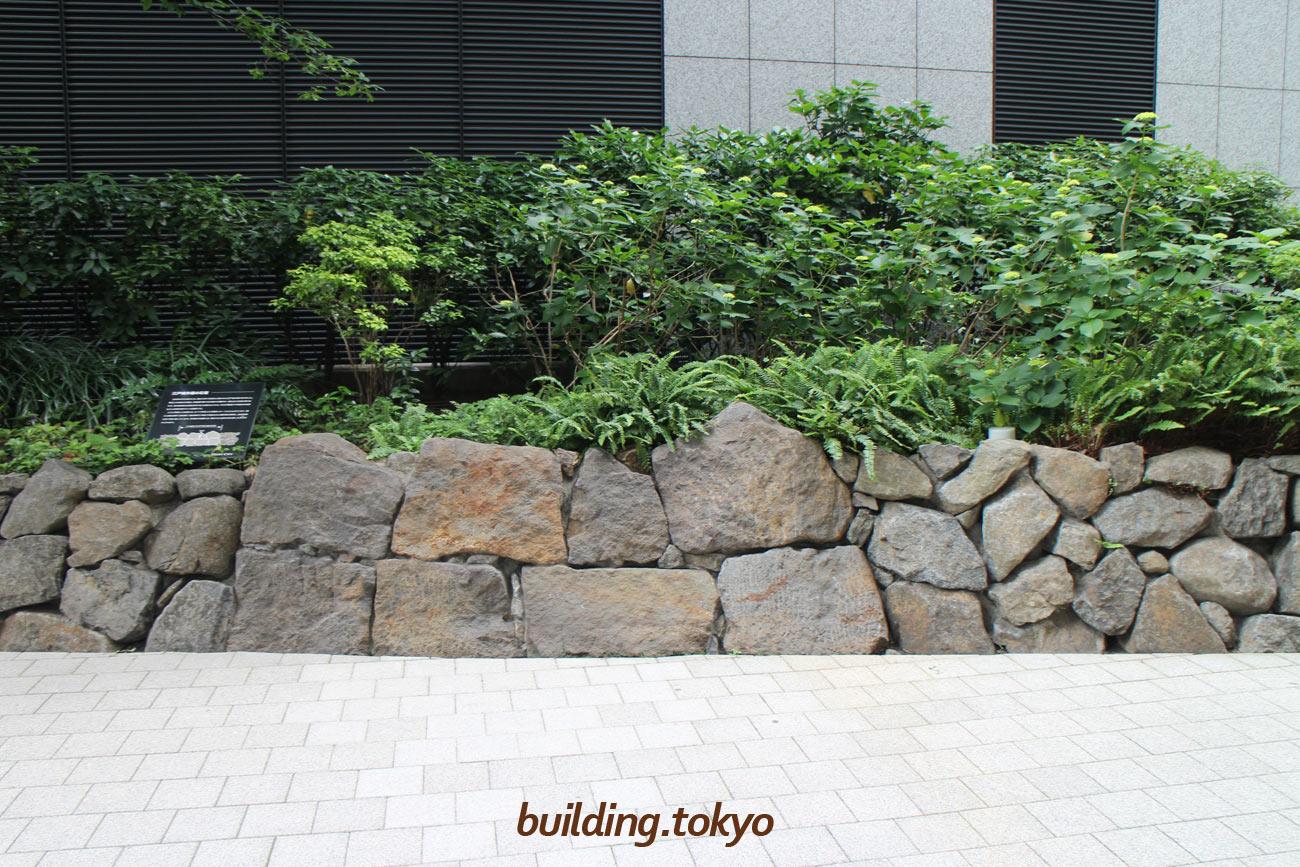 丸の内トラストタワー本館。中心付近の大きな石が江戸城外堀の石垣です。