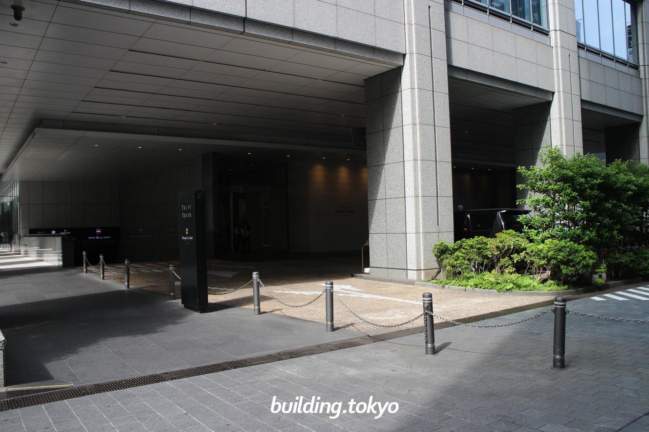 丸の内トラストタワー駐車場。外堀通り側からも入れます。