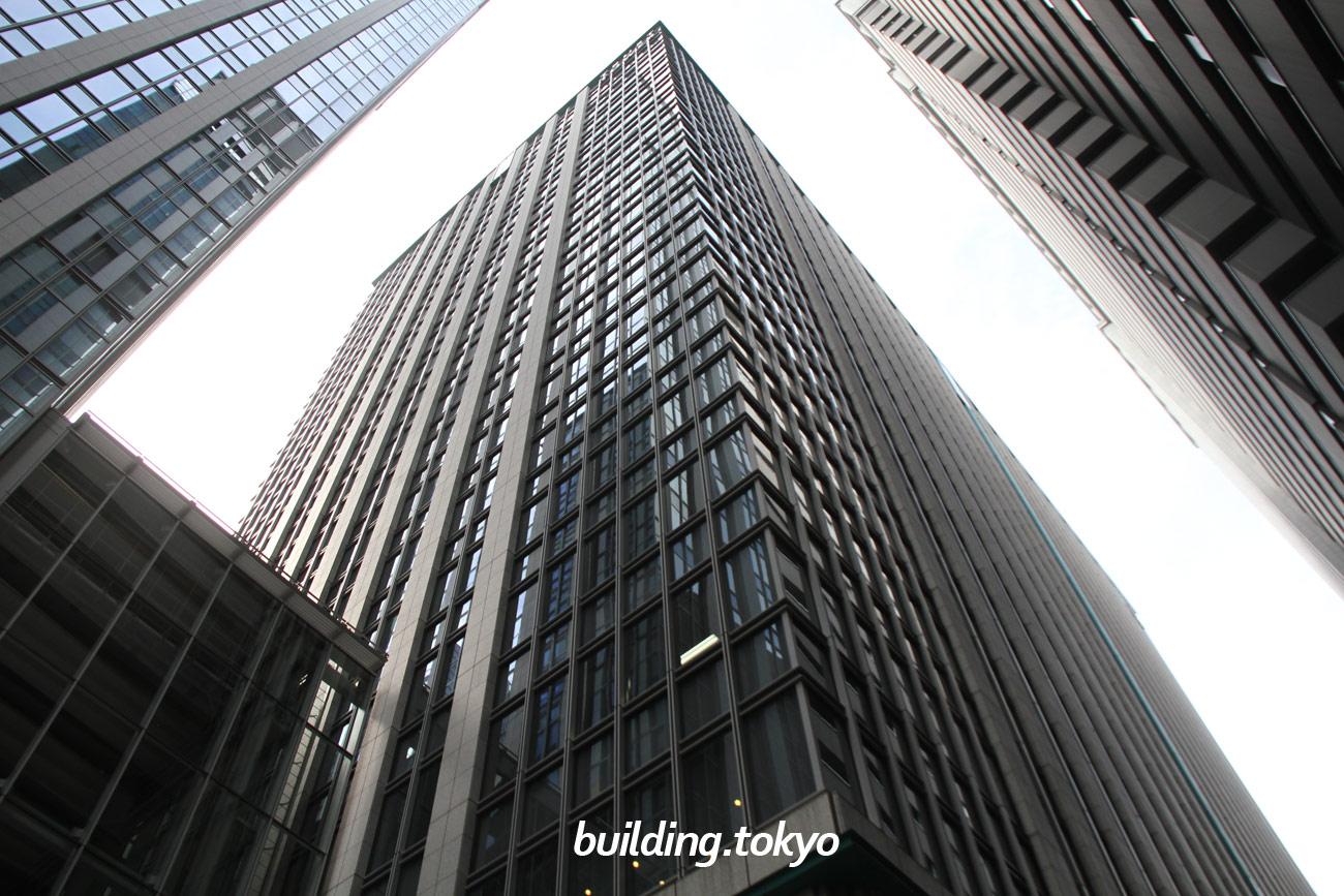 丸の内トラストタワーN館。左側のビルが丸の内トラストタワー本館で、右側が鉄鋼ビルディングです。