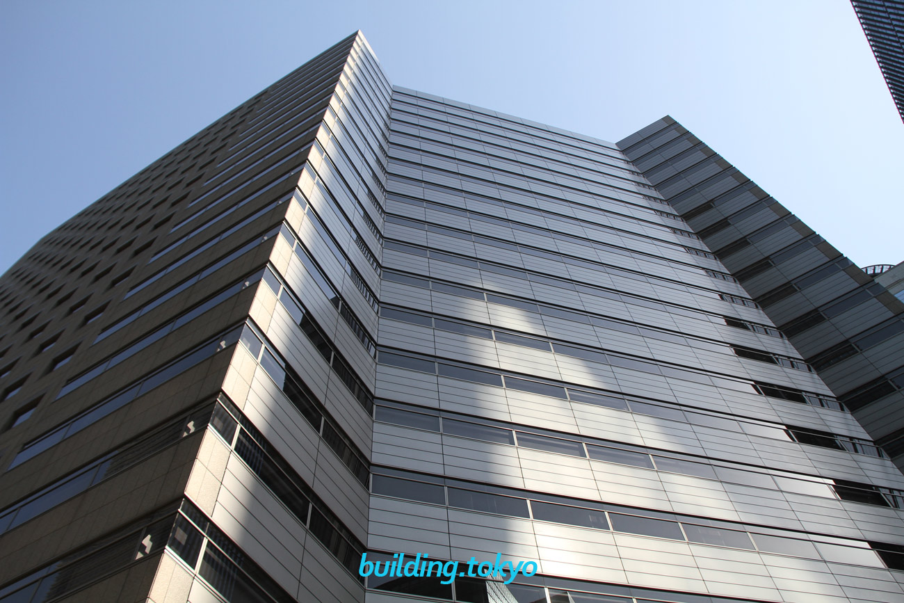 アーバンネット大手町ビルは、フレキシビリティの高いロ字型プランで構成され、丸の内電話局や東京市外電話局などが入居していた丸の内野村ビル第三号館の跡地に建てられました。建物中央を吹き抜いたアトリウムが特徴的なビルです。